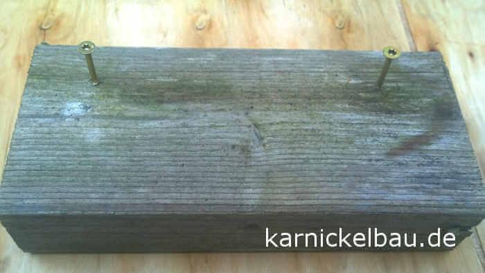 Holzklotz-mit-Schrauben